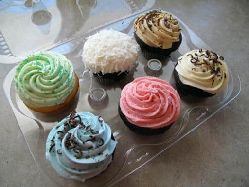 six pieces of cupcakes with different flavors
