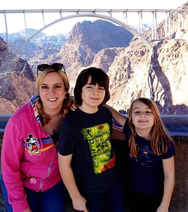 mom and her kids with the Hoover Dam on background