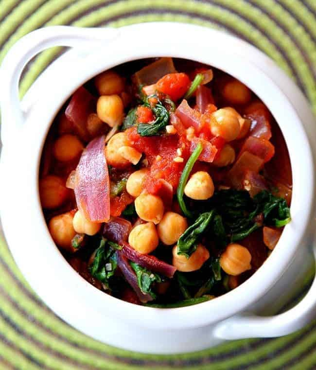 Only 20 minutes and you have this healthy Spinach, Tomato & Chickpea Stew from @kitchenmagpie