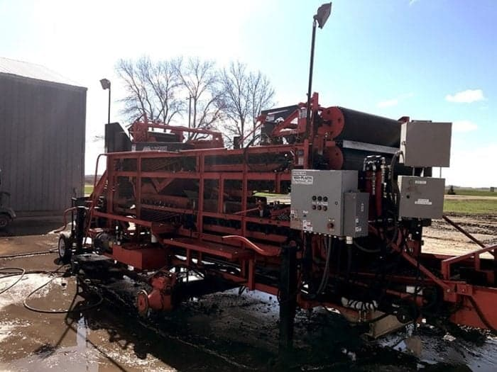 machine that cuts the planting potatoes into two or three pieces.
