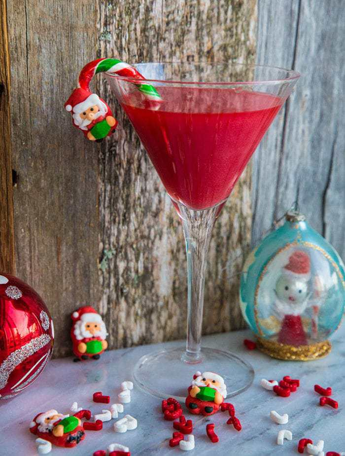 What's red, sparkly & tastes like strawberries? My newShimmery Santa Baby Cocktail! This is THE cocktail for Christmas! Only 4 ingredients! Recipe from @kitchenmagpie #cocktail #christmas #boozy #drinks #party #recipe #strawberry