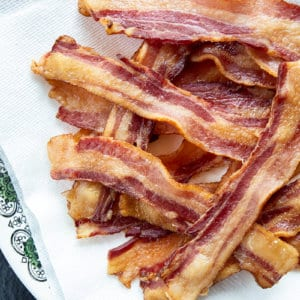 close up cooked strips of bacon on paper towels