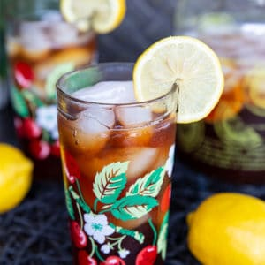 close up glass of Southern Style Sweet Tea garnish with a slice of lemon,
