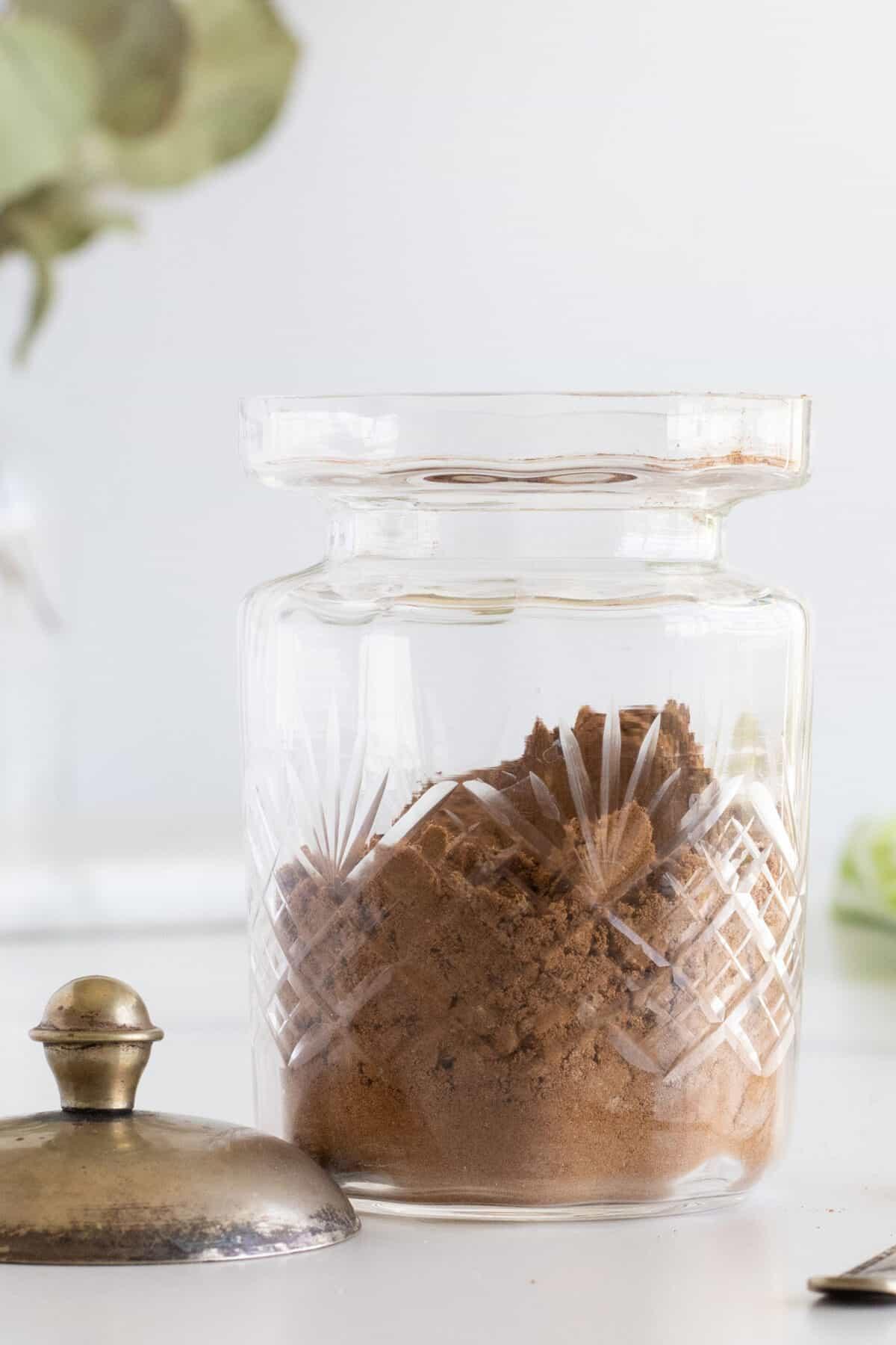 clear glass jar of apple pie spice